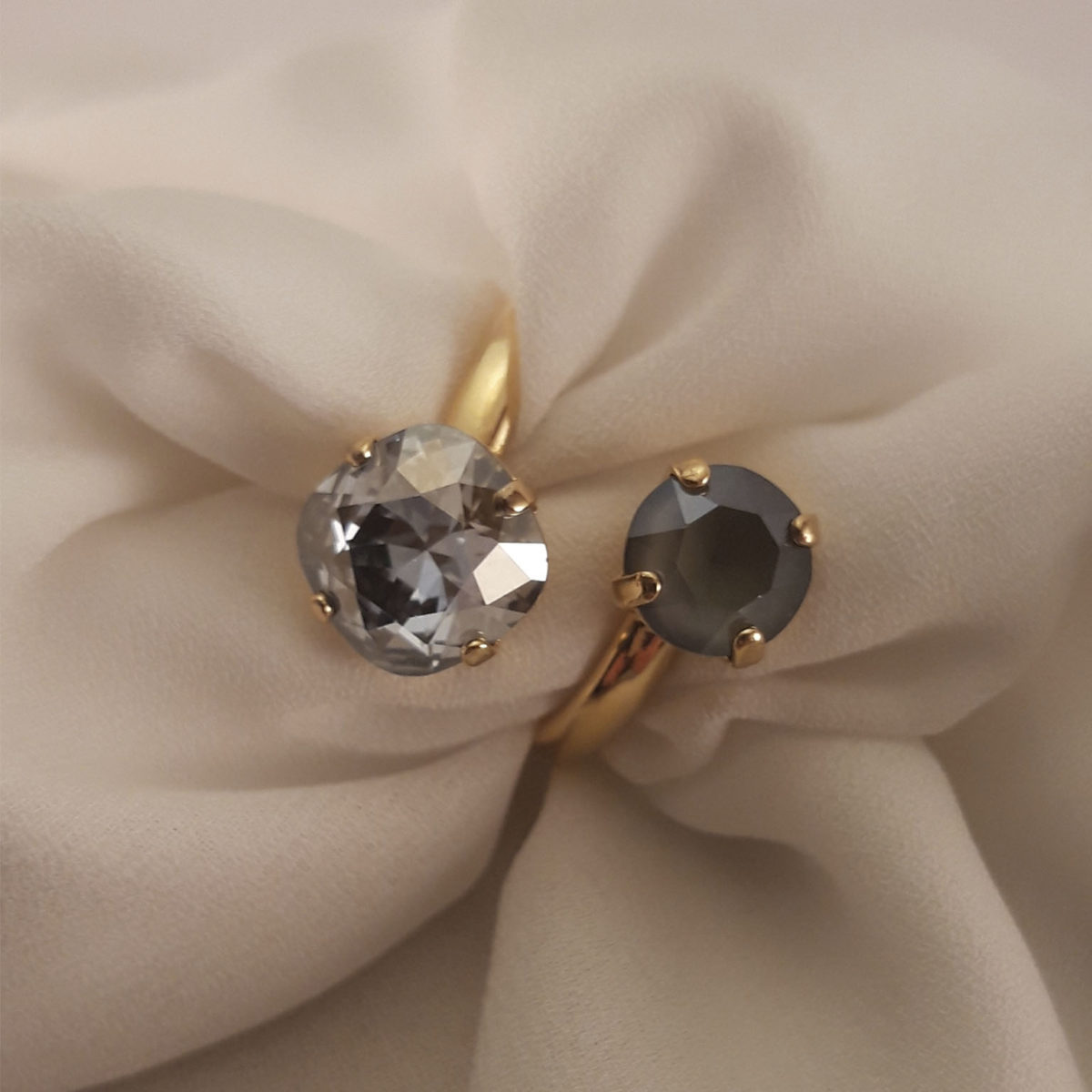 Ring 2 Brilliants Of Different Grays
