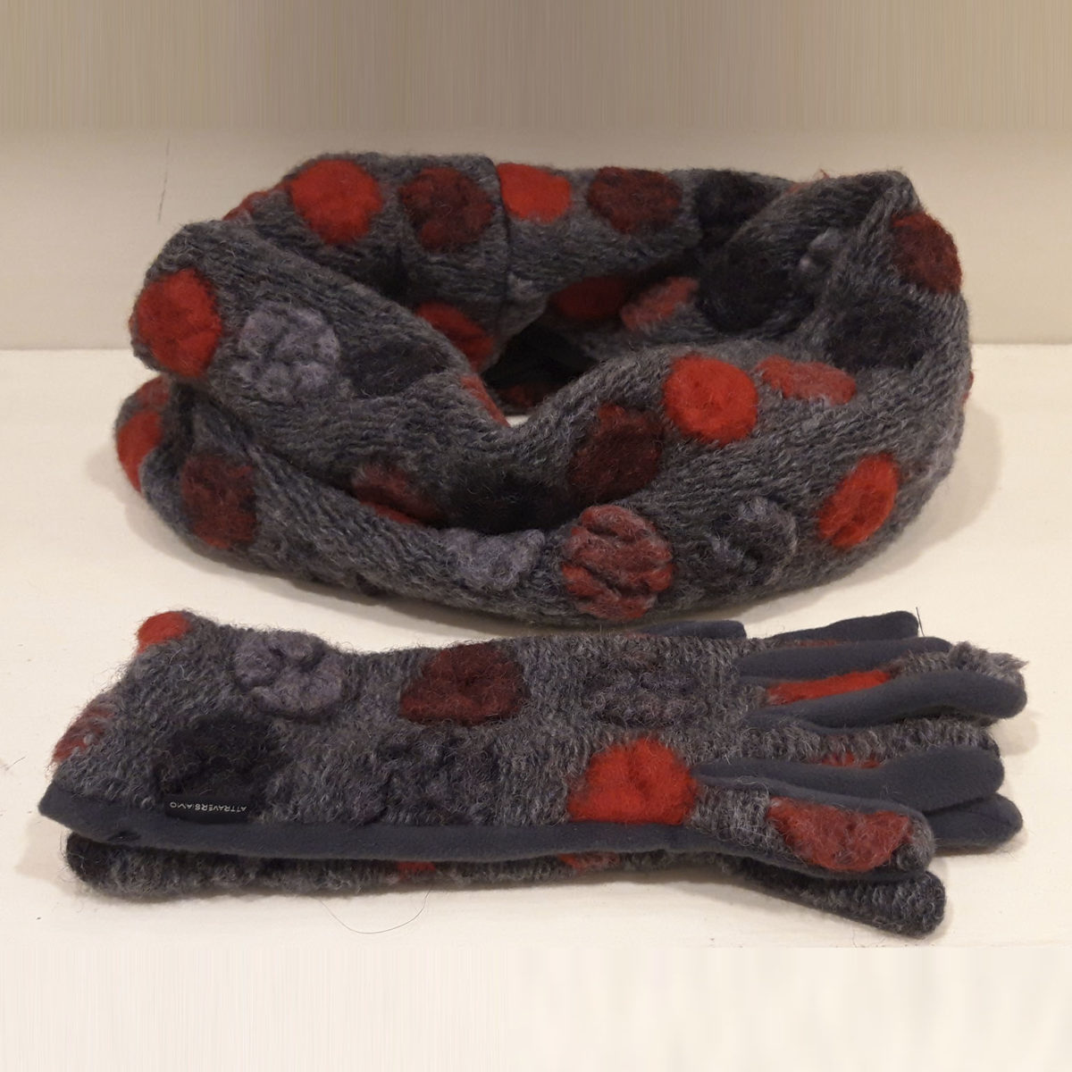 Collar And Gloves In Gray Wool With Large Polka Dots In Red Tones