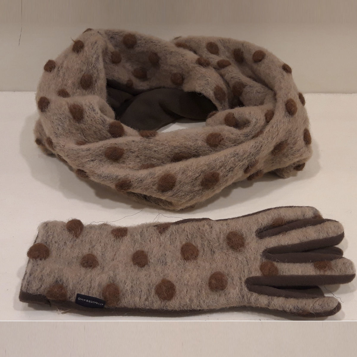 Beige Wool Collar And Gloves With Light Brown Polka Dots
