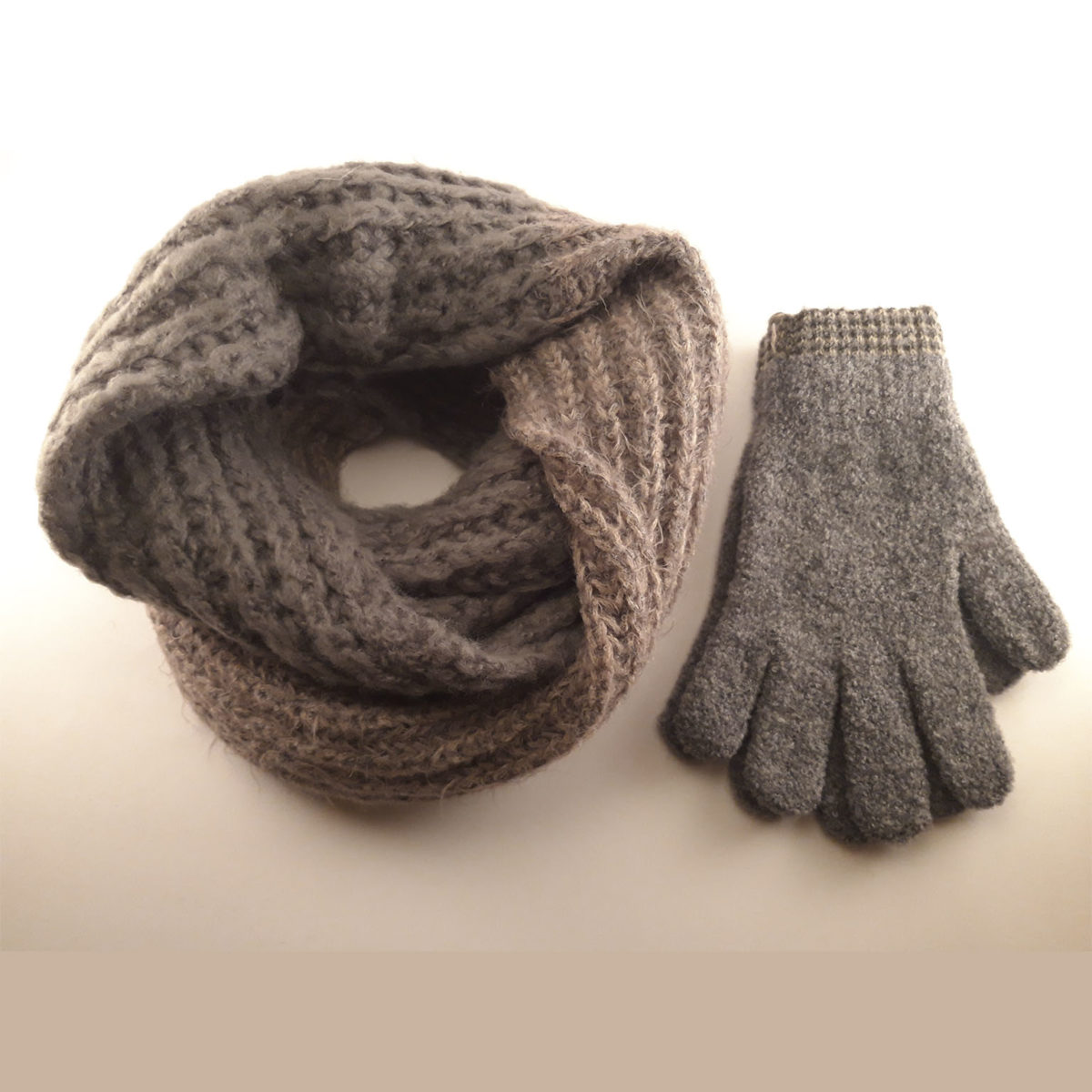 Collar And Wool Gloves In Gray And Beige Tones