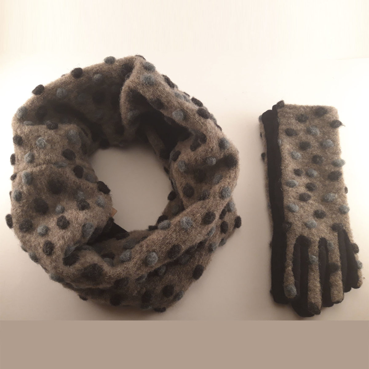 Tauper Collar And Gloves With Black And Gray Polka Dots