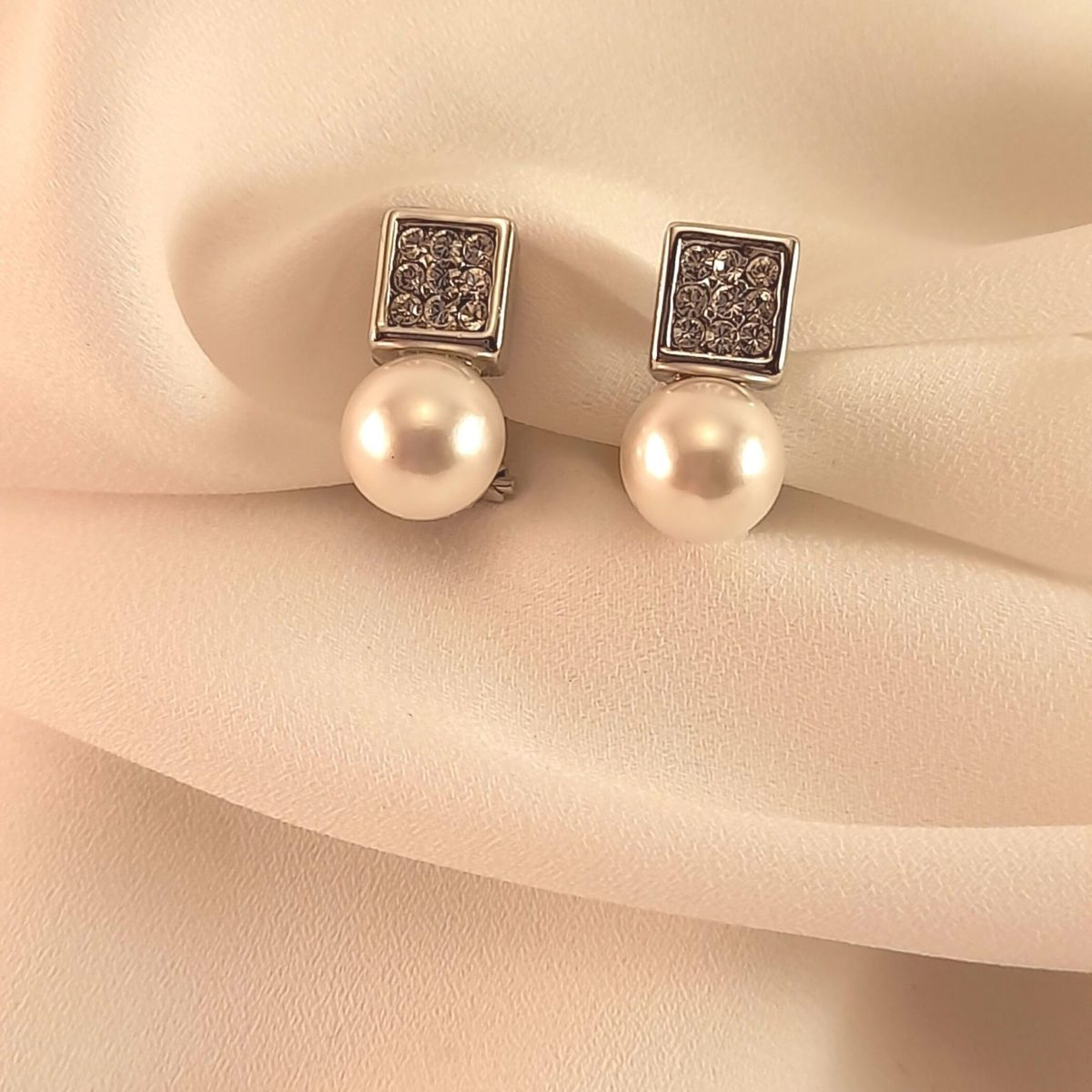 Pearl Earrings With Square Piece And Diamonds