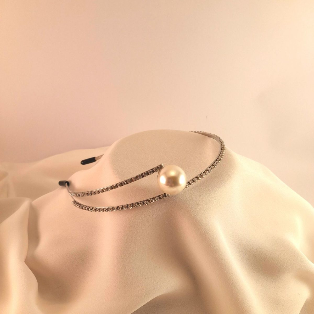 Golden Headband With 2 Straps Of Diamonds And A Pearl